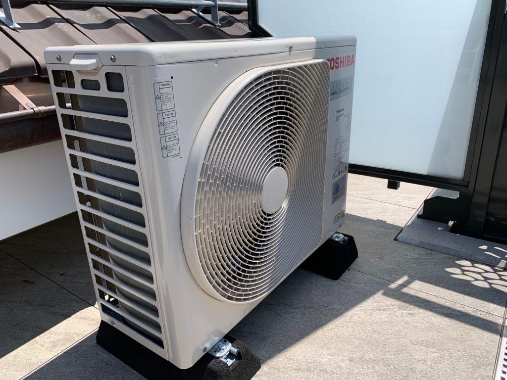 Klimaanlage Aussengerät auf Terrasse
