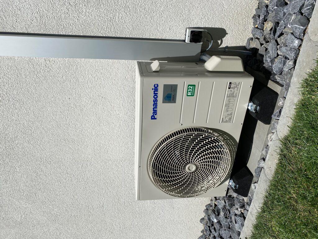 Klimaanlage Aussengerät auf Gummifüssen und Gartenplatten