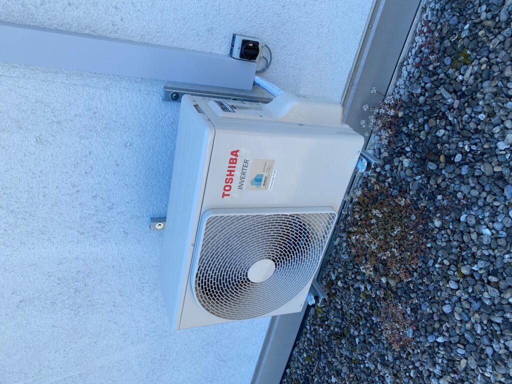 Klimaanlage Aussengerät auf Konsolen