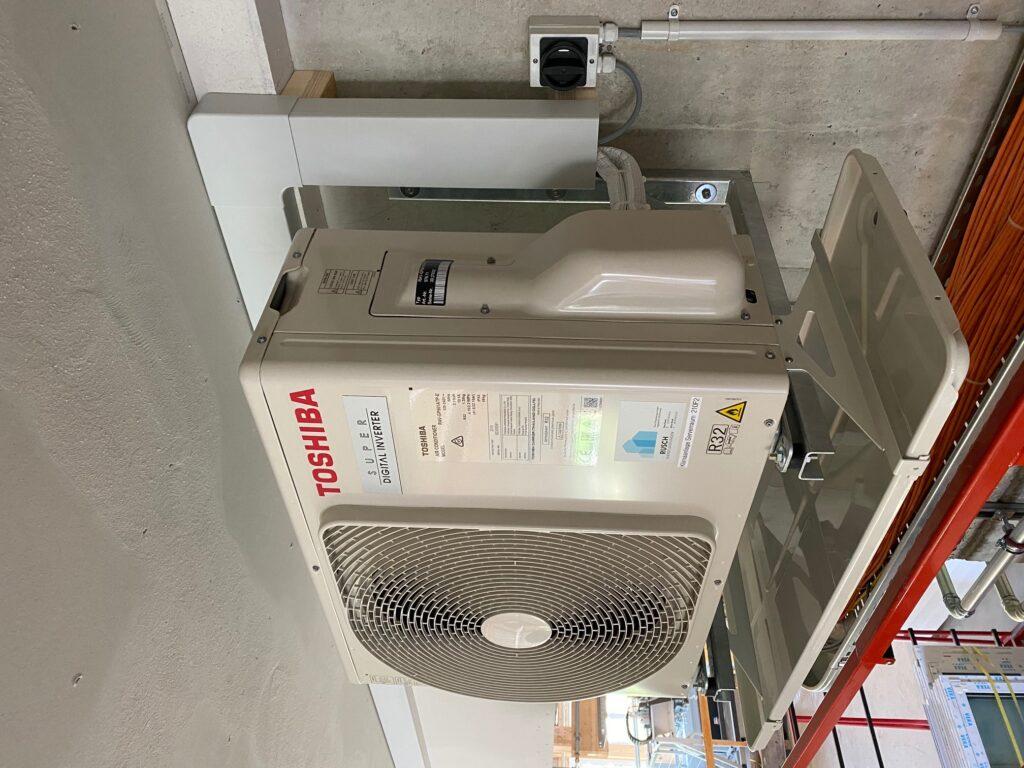 Klimaanlage Aussengerät auf Konsolen mit Tropfwanne