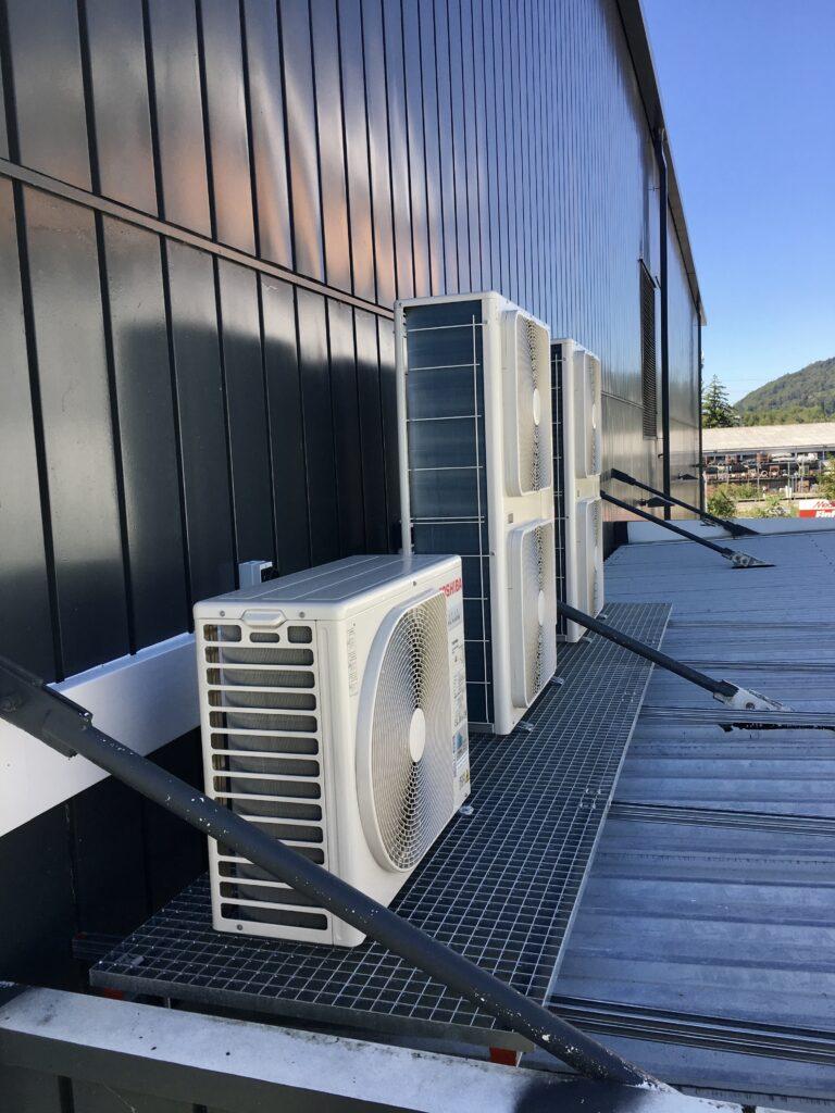 Klimaanlage Aussengeräte mit Unterkonstruktion auf Vordach