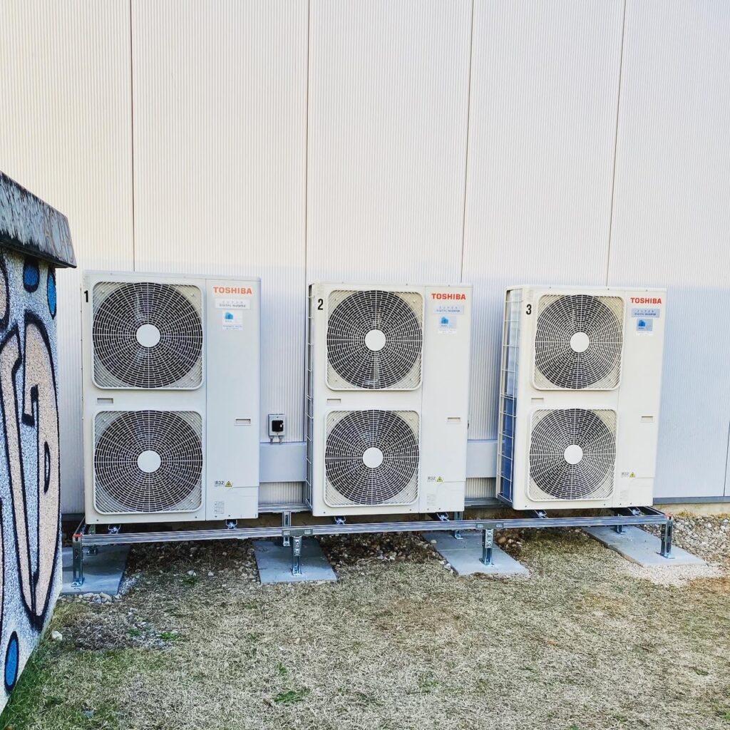 Klimaanlage Aussengeräte mit Unterkonstruktion