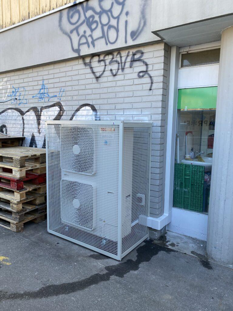 Klimaanlage Aussengeräte mit Vandalenschutzgitter