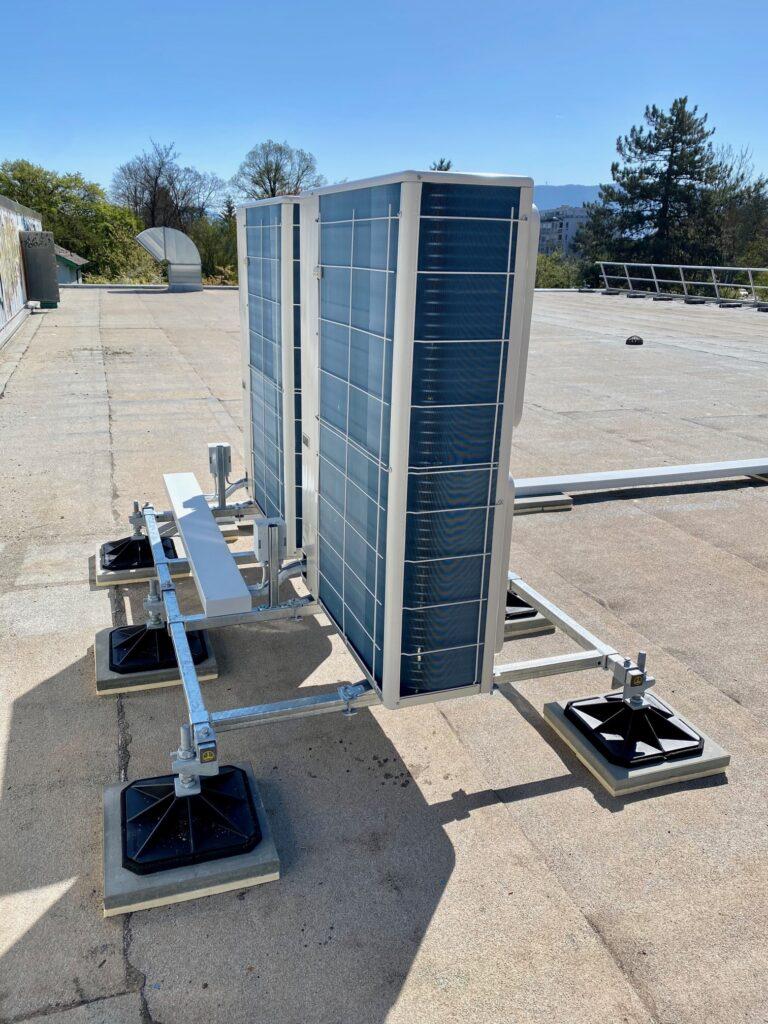 Klimaanlage Aussengeräte mit Unterkonstruktion auf Flachdach