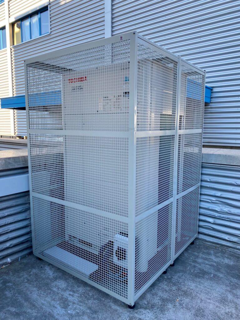 Klimaanlage Aussengerät mit Vandalenschutzgitter