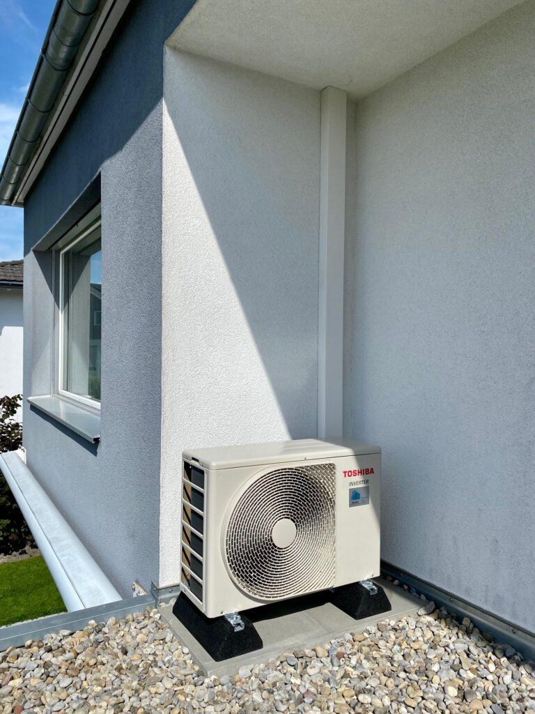 Klimaanlage Aussengerät auf Gummifüssen